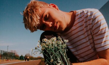 """Intimate Golden Indie-Pop Chris Pidsley Drops new five-track EP """"Daisies"""""""